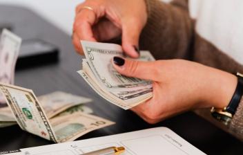 Manos contando billetes