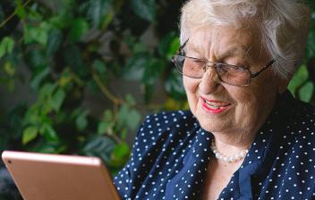 Mujer mayor leyendo