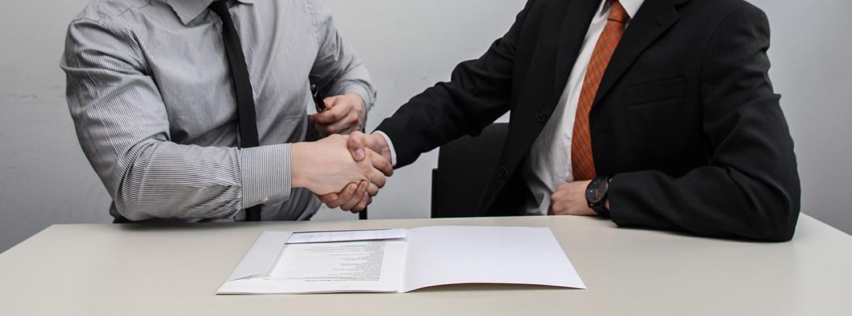 Hombre firmando un contrato