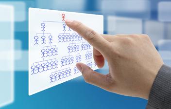 Mano de un hombre tocando el organigrama de una empresa en una pantalla