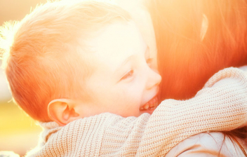 Madre abrazando a su hijo