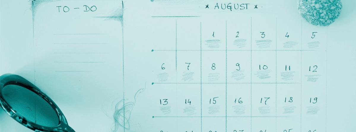 Gafas de sol junto a un calendario
