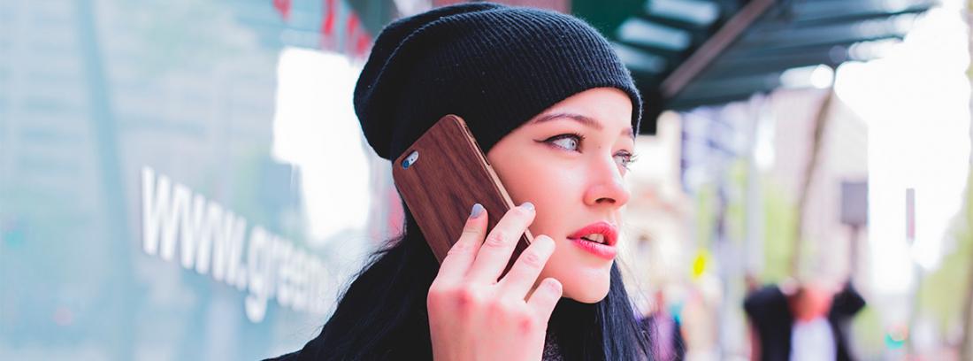 Mujer hablando con su teléfono móvil
