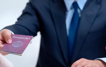 funcionario entregando un pasaporte a una persona