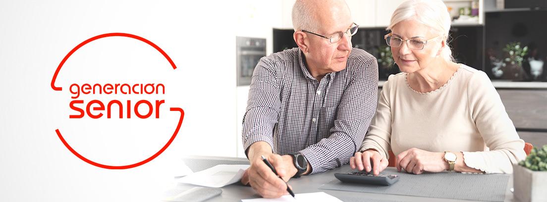 Dos personas mayores haciendo cálculos