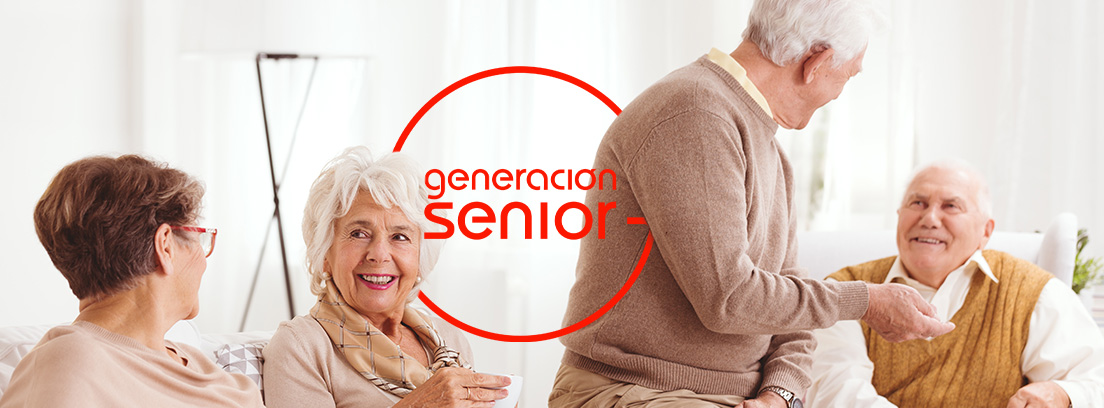 Personas mayores sonrientes sentados en un sofá con tazas de café