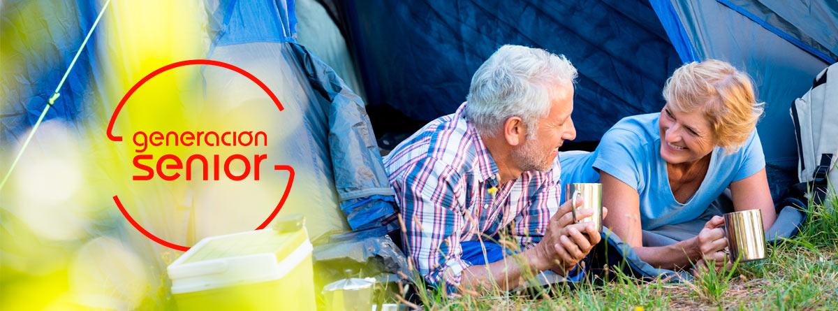 Hombre y mujer seniors dentro de una tienda de campaña