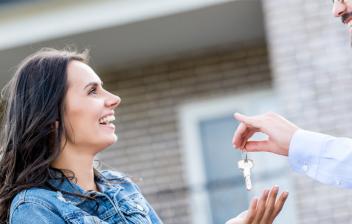 Hombre entregando las llaves de una casa a una mujer