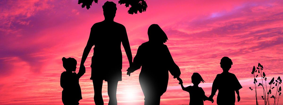 Silueta de una familia al atardecer