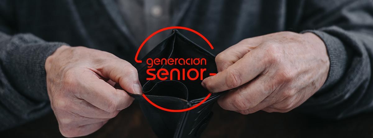 Manos de hombre mayor abriendo una cartera vacía