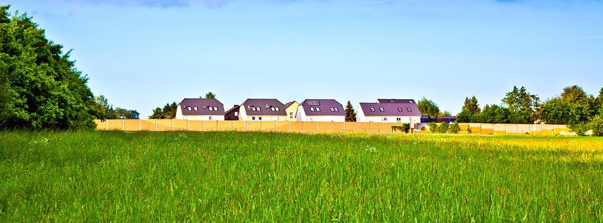 terreno de campo con casas