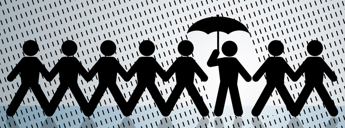 figuras de papel bajo la lluvia