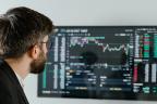 Un hombre observa una gráfica de Bolsa