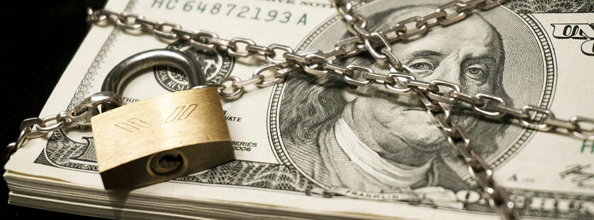 Billetes encadenados con un candado